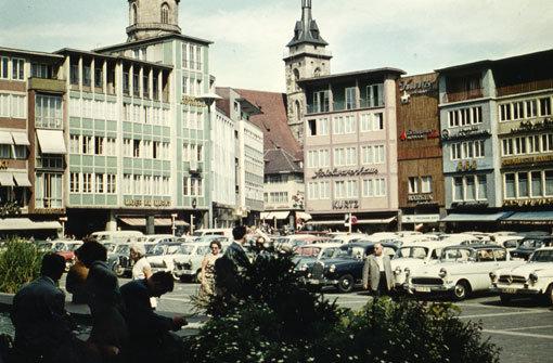 1958 dient der bMarktplatz/b vor dem Stuttgarter Rathaus noch als Parkplatz für die Karossen im Wirtschaftswunderdeutschland. Foto: Leserfotografin irene