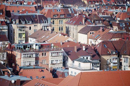 Wohnraum in Stuttgart inzwischen derart knapp, dass auch Arbeitnehmer mit überdurchschnittlichen Gehältern die Stadt meiden. Das sagen Wissenschaftler. Foto: dpa