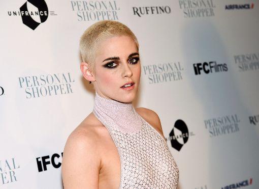 """Kurze, blondierte Haare bei Frauen scheinen in den USA gerade schwer in Mode zu sein. Schauspielerin bKristen Stewart/b (""""Twilight"""") rasierte ihre dunklen Haare bis auf wenige Zentimeter ab und blondierte den Rest. Foto: AP"""