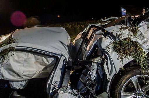Autofahrer verliert Kontrolle und rast gegen Bäume