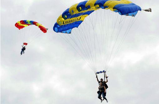 Fallschirmspringer stürzt aus 4000 Meter Höhe in den Tod