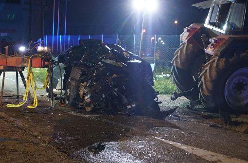 Auto wird von Traktor zerquetscht – Fahrer stirbt