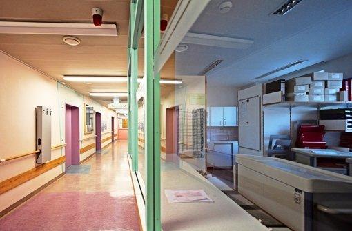 Leere Gänge, dunkle Räume, Umzugskisten – in dem  kleinen Krankenhaus in Vaihingen/Enz wird der Betrieb auf (fast) Null herunter gefahren. Foto: factum/Granville