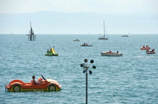 Blick von Friedrichshafen auf den Bodensee, auf dem viele Wassersportler unterwegs sind. Die Erdgasgewinnung durch Fracking birgt nach Ansicht des Baden-Württembergischen Umweltministers ein zu hohes Risiko für Umwelt und Gewässer. Foto: dpa