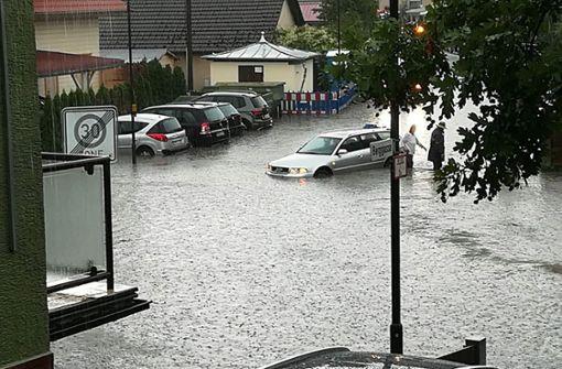 Keller laufen voll und Straßen sind überschwemmt