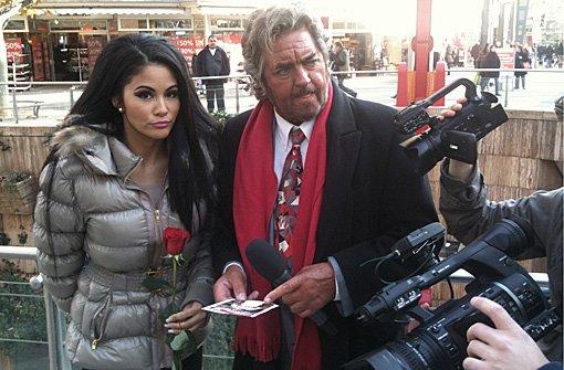 Die Dreharbeiten zu Folge 14 von Bruno sieht rot: Moderator Bruno Stickroth und Playmate Mia Gray sind die Königstraße entlang geschlendert.p Foto: Henrik Lerch