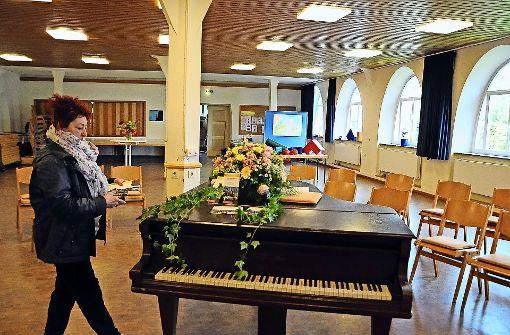 Hausmeisterin Slavica Petrasevic macht den Luthersaal schmuck, der zum Mittelpunkt des Stadtteilzentrums werden soll. Foto: Linsenmann