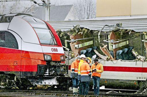 Bei der Kollision wurde ein Waggon des Eurocity-Zugs aufgerissen. Von 80 Fahrgästen beider Züge wurden 28 verletzt, zwei von ihnen schwer. Foto: dpa