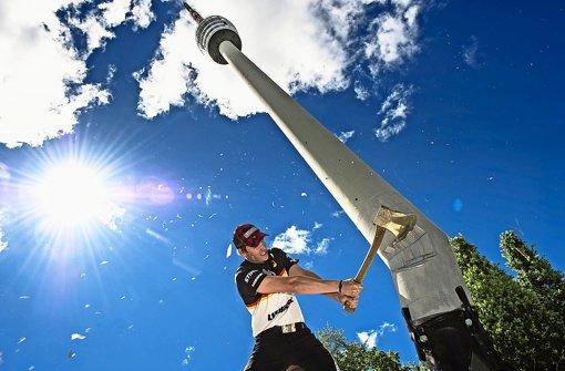 Im Juni 2013 noch eine optische Täuschung: Sportholzfäller Robert Ebner bringt den Fernsehturm aus dem Lot – Droht nun tatsächlich die Schräglage? Foto: Sebastian Marko