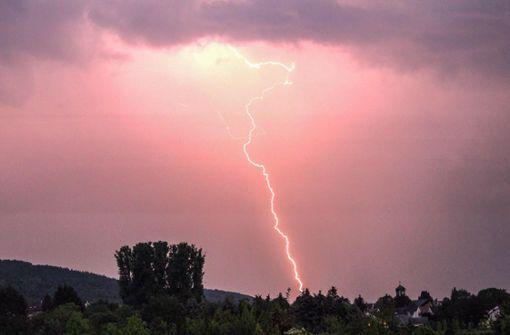 Spektakulärer Himmel über Karlsruhe – mehrere Blitze schlugen in der näheren Umgebung ein. Foto: 7aktuell.de/Fabian Geier