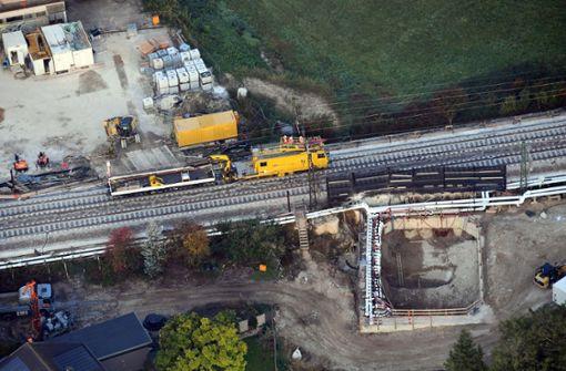 Hohlraum über Bahntunnel wird mit Beton gefüllt