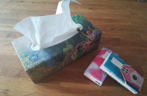 Eine Alternative zu Taschentüchern in Plastikverpackungen hat sich schnell gefunden: eine Spenderbox komplett aus Papier. Die passt zwar nicht in die Handtasche, für den Hausgebrauch überzeugt sie aber. Foto: Sägesser