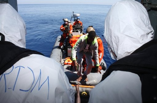 """In der Flüchtlingskrise gehören Rettungseinsätze – hier Besatzungsmitglieder der Fregatte """"Hessen"""" mit Schiffbrüchigen – seit Monaten zum Alltag der Marine. Jetzt soll sie im Nato-Verbund in der Ägäis Schleppernetzwerke aufspüren. Foto:"""