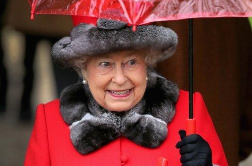 Mit fast 90 Jahren ist Queen Elizabeth weiterhin pflichterfüllt bei der Sache: Hier besucht die Queen am 25. Dezember 2015 einen Weihnachtsgottesdienst. Foto: Getty Images Europe
