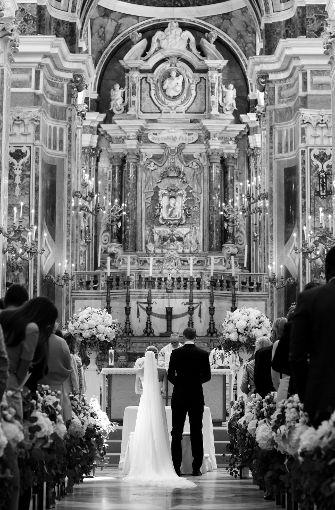 Die festlich geschmückte Kirche während der Trauung.  Foto: Pia Clodi/peachesandmint.com/dpa/dpa