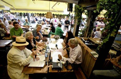 Promi-Plaudereien in der Weinlaube der Alten Kanzlei auf dem Schillerplatz. Foto: Peter Petsch