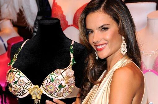 Als Engel ein alter Hase: Topmodel Alessandra Ambrosio gebührte die Ehre, den Victorias Secret-Bra zu enthüllen. Foto: AP