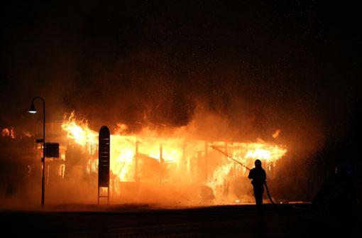 Firmen-Carport brennt lichterloh