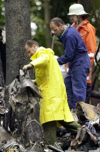 Polizisten und Feuerwehrleute sichern am Dienstag (02.07.2002) bei Taisersdorf am Bodensee in den Trümmern der verunglückten Frachtmaschine Modell Boeing 757 Spuren Foto: dpa