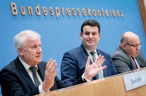 Horst Seehofer (links) und Hubertus Heil (Mitte) stellen das neue Gesetz vor. Foto: dpa
