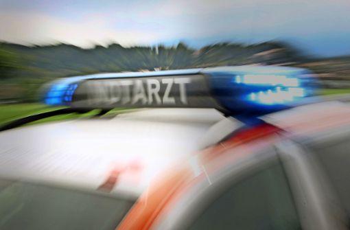 Mercedes erfasst Fußgängerin nach Auffahrunfall