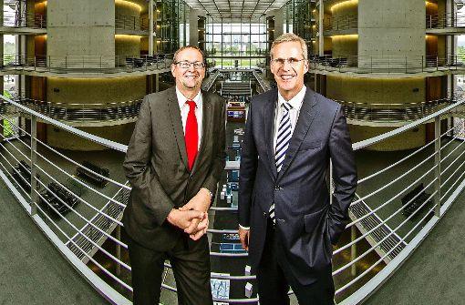 Nach acht beziehungsweise 16 Jahren kennen sich der Linke Richard Pitterle (links) und  der CDU-Mann Clemens Binninger im  Bundestag  bestens aus. Hier stehen sie  im Paul-Löbe-Haus. Foto: Christian Schroth