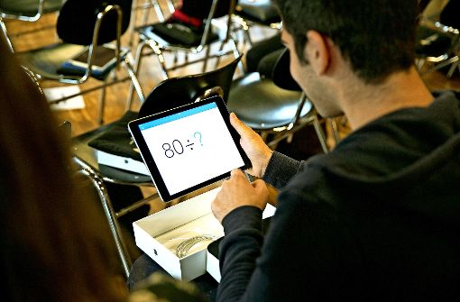 Die Schüler haben ihre neuen Tablets gleich ausprobiert. Foto: Horst Rudel