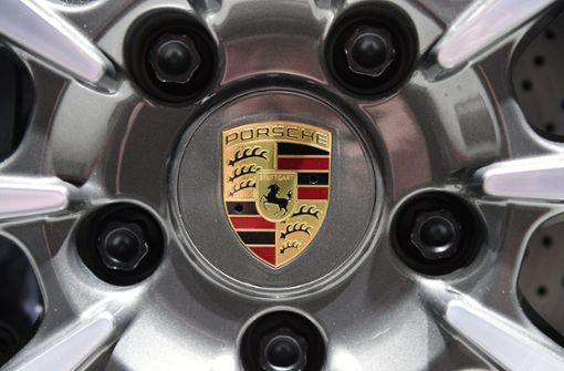 Der Porsche rollte den Hügel hinab und prallte gegen eine Hauswand. Foto: Symbolbild/dpa