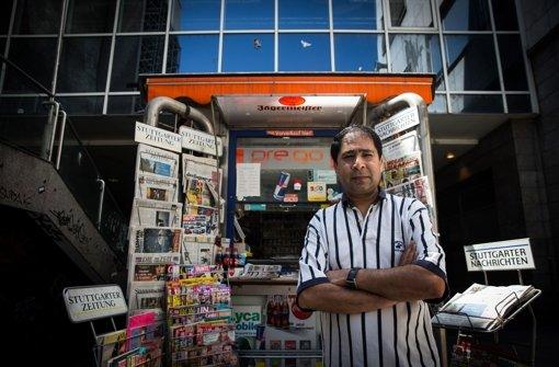 Prem-Chand Choogh vor seinem kleinen Kiosk in der Schulstraße. Das Büdchen muss nach Jahrzehnten den Bauarbeiten im benachbarten Karstadt-Gebäude weichen Foto: Lichtgut/Achim Zweygarth