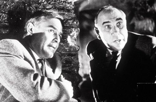 """""""Der schwarze Abt"""" (1963): Inspektor Puddler (Charles Regnier, re.)  steht vor einem Rätsel: Wer ist der geheimnisvolle """"Schwarze Abt"""", der im Schloss von Lord Chelford spukt und mordet? Auch Dick Alford (Joachim Fuchsberger, li.), der Verwalter des Lords, spielt dabei eine dubiose Rolle.   Foto: obs Foto:"""