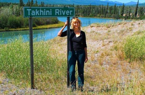 Die Autorin Judith Johannsen an dem Fluss in Kanada, der ihrem Buch den Namen gegeben hat. Foto: Christoph Johannsen
