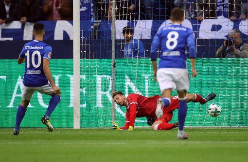Nabil Bentaleb (l.) von Schalke erzielt per Elfmeter das 1:0 gegen Stuttgart und lässt dem Stuttgarter Torwart Ron-Robert Zieler keine Chance.  Foto: dpa