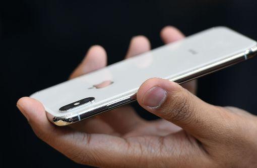 Neue Handys sind nicht nur beliebt, sondern meist auch teuer. Foto: AFP