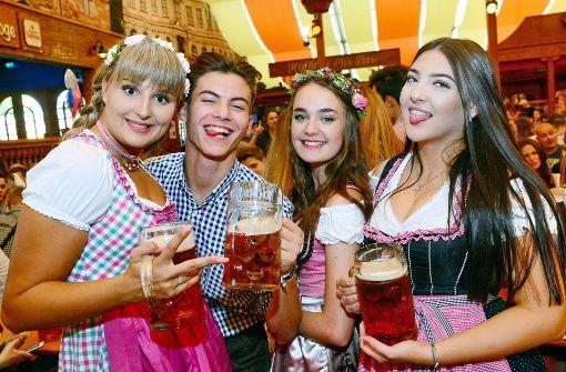 Fröhliche Partystimmung bei Volksfest-Eröffnung