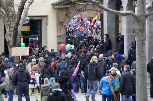 Bildungsplangegner und Gegendemonstranten beim Schillerplatz Foto: Lichtgut/Horst Rudel