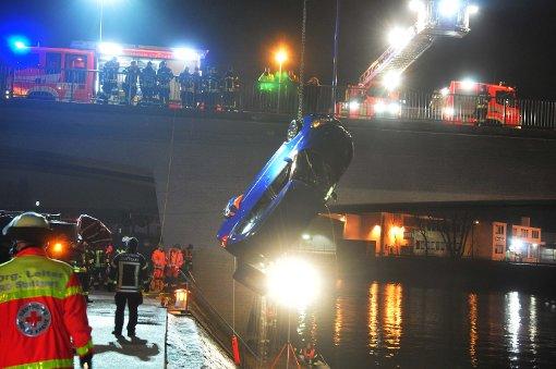 Auto rutscht in den Neckar
