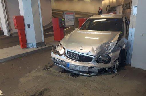 Am Parkhaus der Galeria Kaufhof krachte ein Mercedes-Fahrer am Montag gegen eine Mauer. Foto: 7aktuell.de