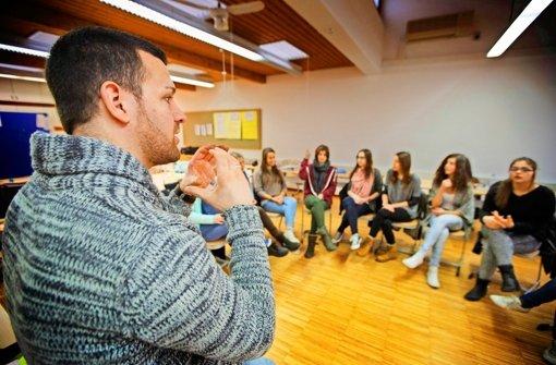 Der gehörlose Lehrer Christian Hermann lehrt Hörende, mit Händen zu sprechen Foto: Gottfried Stoppel