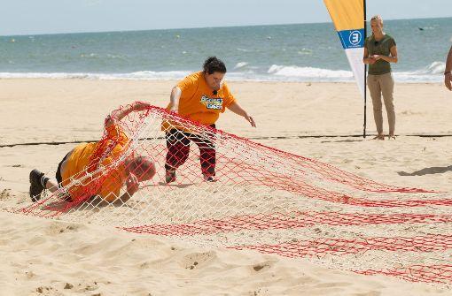 Gemeinsam meistern Zoi und Kamil als Team Orange die Challenge am Strand...    Foto: Sat1