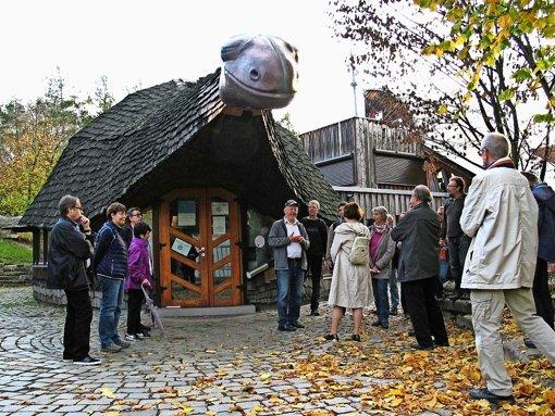 Das Kinder- und Jugendhaus am  Marco-Polo-Weg war  eine Station   auf der Tour zu den  Gebäuden  von Peter Hübner,   Martin Hechinger (Mitte) referierte zum Thema. Foto: Müller-Baji