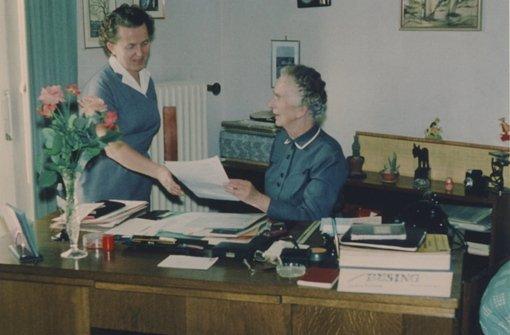 Charlotte Armbruster an ihrem Schreibtisch. Nach dem Krieg war sie bis 1959 Mitglied im Gemeinderat. Foto: Stadtarchiv Stuttgart