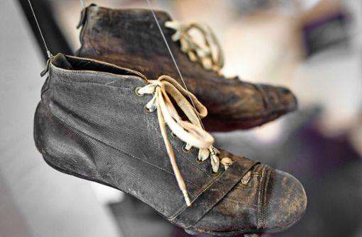 Heiner Buck trug diese Schuhe 1935 beim Endspiel um die Deutsche Meisterschaft. Der VfB verlor gegen Schalke 04 4:6.  Foto: Lichtgut/Christoph Schmidt