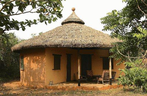 """pstrongLeservorschlag: Kasapa Centre in Ghana/strongbr /In diesem Jahr hat die Jury auch eine Leser-Einreichung prämiert. Die Stuttgarterin Christine Baisch hatte das Angebot der Deutschen Dr. Susanne Stemann-Acheampong und ihres Ehemanns Kofi B. Acheampong im Kasapa Centre in Ghana aus Nyanyano, bei Accra in Ghana vorgeschlagen. Der Jury gefiel, dass sich die Idee eines authentischen Afrikaaufenthaltes schon über etliche Jahre etabliert hat. Die Ferienanlage wird unter dem Gesichtspunkt der Nachhaltigkeit geführt und hat bereits 2001 den renommierten To-Do-Preis gewonnen. Der enge Kontakt zu Land und Leuten und die schöne Lage am Meer sowie die angebotenen Aktivitäten wie Trommeln und Tanzen kommen dem Urlaubsbedürfnis westlicher Touristen entgegen. Die Jury: """"Das Konzept dieser Art von Tourismus ist kein Fremdkörper, es widerspricht nicht den Gegebenheiten eines Entwicklungslands.""""/p Foto: SoAk"""
