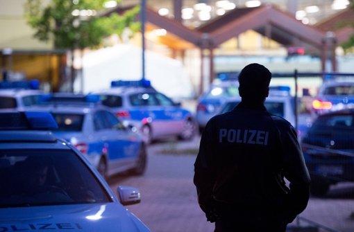 Immer wieder kommt es – wie hier in Hamburg – auch innerhalb von Flüchtlingsunterkünften zu gewalttätigen Auseinandersetzungen. Deshalb fordern viele Flüchtlinge ein konsequentes Vorgehen der Polizei gegen Straftäter Foto: dpa