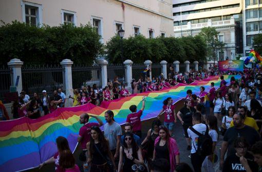 In Athen gingen tausende Menschen bei der Gay-Pride-Parade auf die Straße und hüllten die Stadt in Regenbogenfarben. Foto: dpa