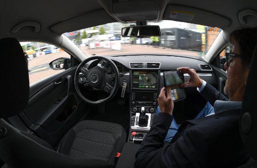 Die Vernetzung von Smartphone und Auto liegt im Trend. Der Datenschutz bleibt dabei indes auf der Strecke. Foto: dpa