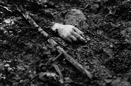 1916: Nur die Hand eines Gefallenen ragt in Verdun aus dem Erdreich. Foto: AFP