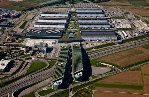 Seit der Inbetriebnahme des neuen Messegeländes beim Flughafen ist die Messe Stuttgart (hier mit den Parkhäusern über der Autobahn) immer besser ins Geschäft gekommen Foto: Messe Stuttgart