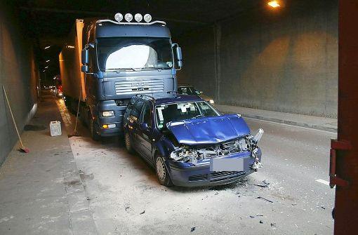 Golf kollidiert im Leuzetunnel mit zwei Lkw
