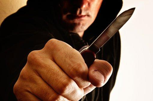 Ein 34-Jähriger ist am Montagnachmittag während eines heftigen Streits mit einem Messer auf seinen Arbeitskollegen losgegangen. (Symbolbild) Foto: Shutterstock/igor.stevanovic (Symbolbild)